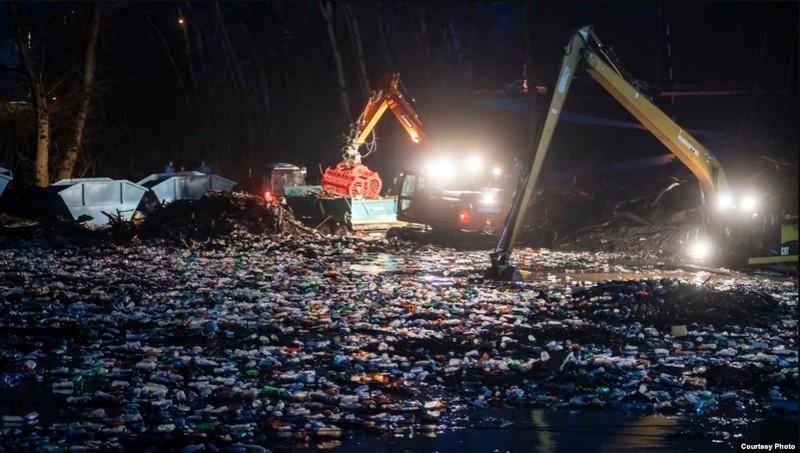 Угорщина поскаржилася на тонни сміття в Тисі, яке припливає з України