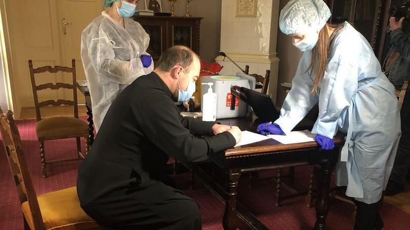 На Закарпатті сьогодні вакцинували священників