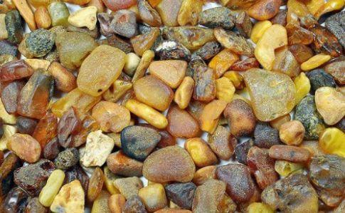 Чоловік намагався вивезти з України майже 15 кілограмів «сонячного» каміння