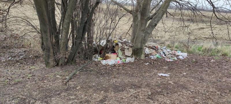 У Мукачеві будівельники залишили сміття на зеленій зоні