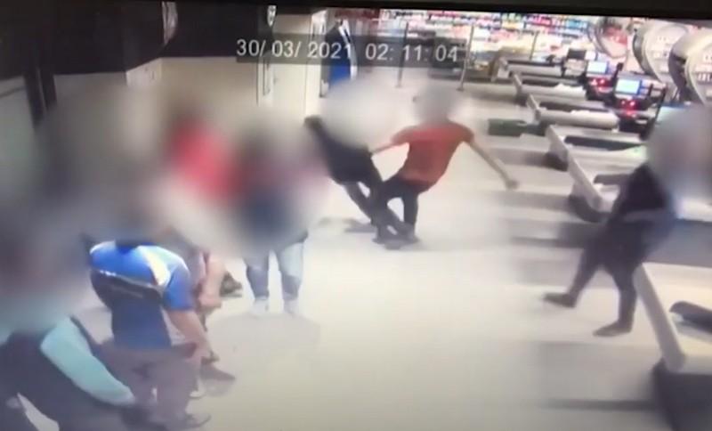 Фейсбук облетіло відео жорстокого побиття учасника АТО у супермаркеті. Відеокамери зафіксували момент нападу