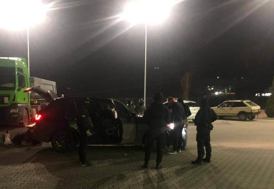 Спецоперація на одній із АЗС Мукачева: оприлюднено фото