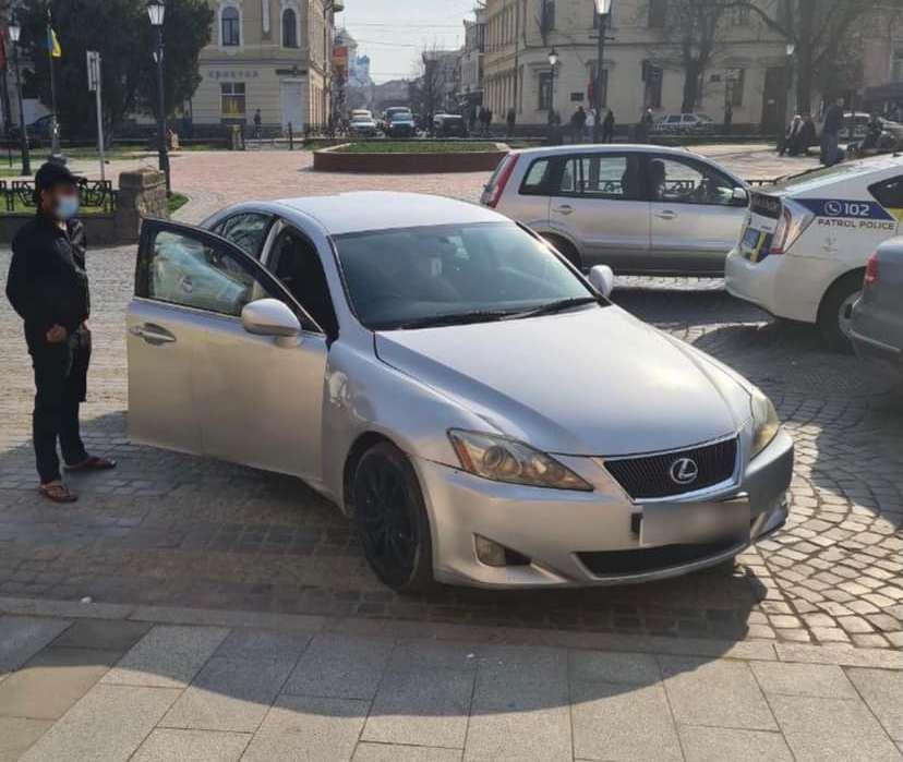 Водій припаркував свій автомобіль прямо на пішохідному переході
