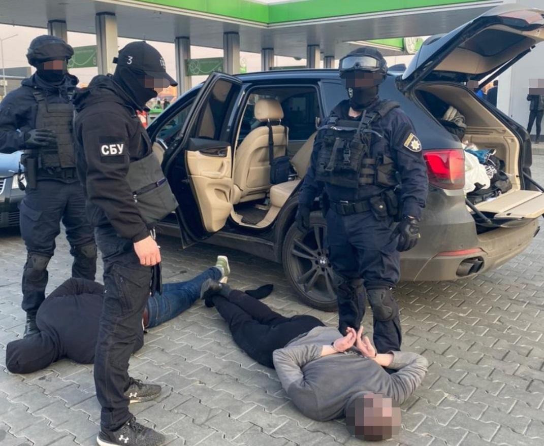 Побили чоловіка, вивезли за місто та вимагали гроші: підозрюваним у злочині обрали запобіжні заходи