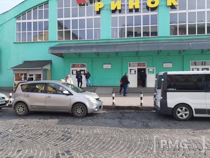 """Поблизу """"Зеленого ринку"""" у Мукачеві авто збило жінку"""