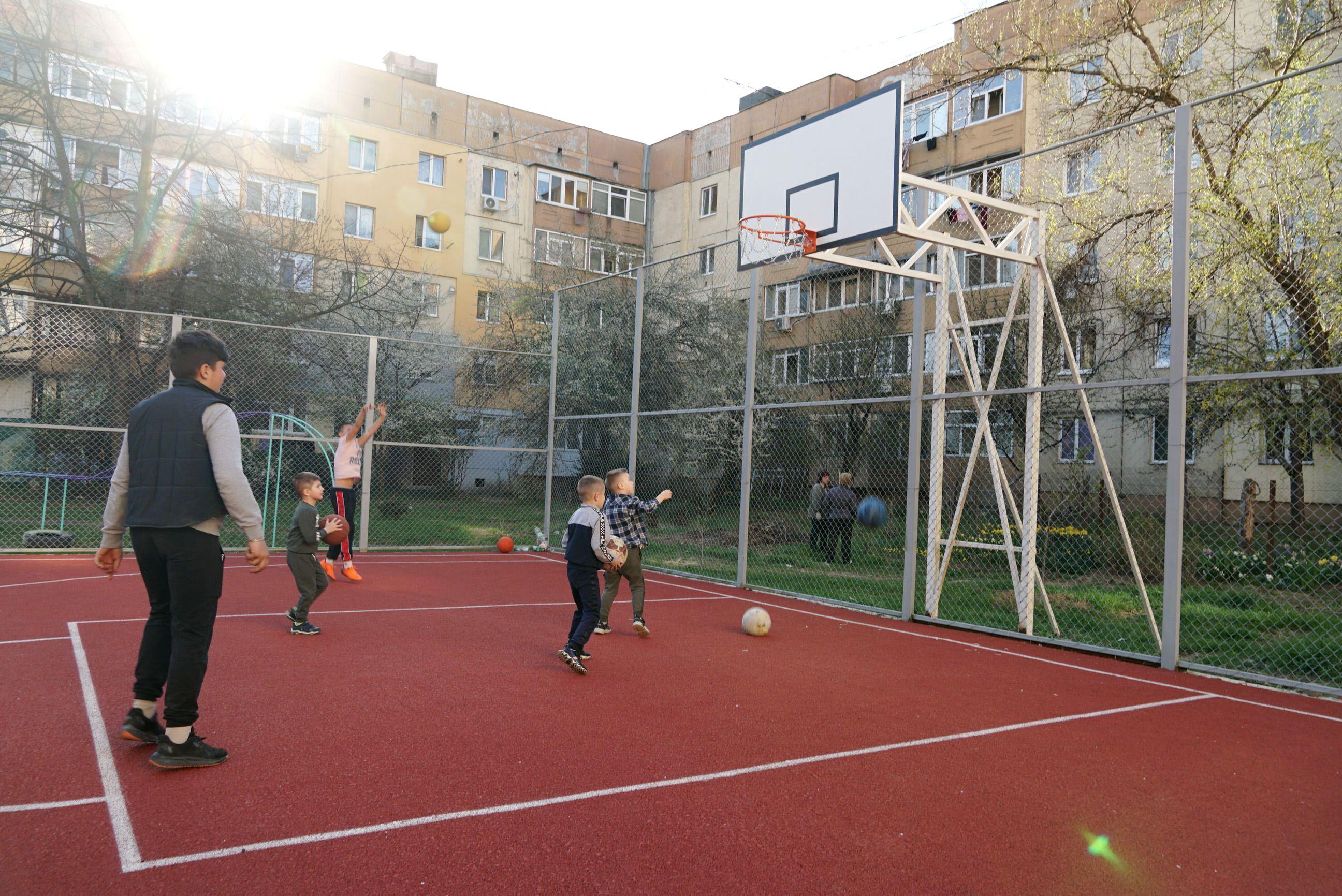 В Ужгороді відкрили новий баскетбольний майданчик