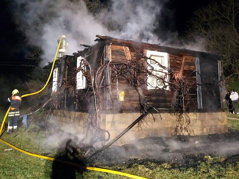 Поки чоловік перебував за кордоном, згорів його будинок
