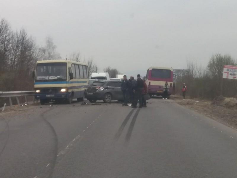 На Закарпатті легковик зіткнувся з автобусом Еталон: відео з місця аварії