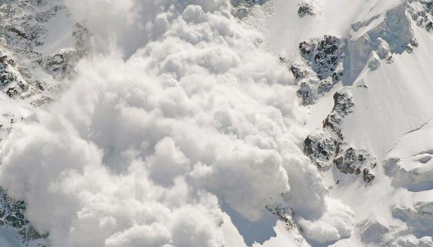Краян і туристів попереджають про значну сніголавинну небезпеку