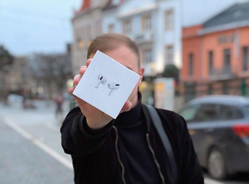 """""""Сійо, банда"""": Володимир Гончарук дарує AirPods 2 – як отримати презент"""