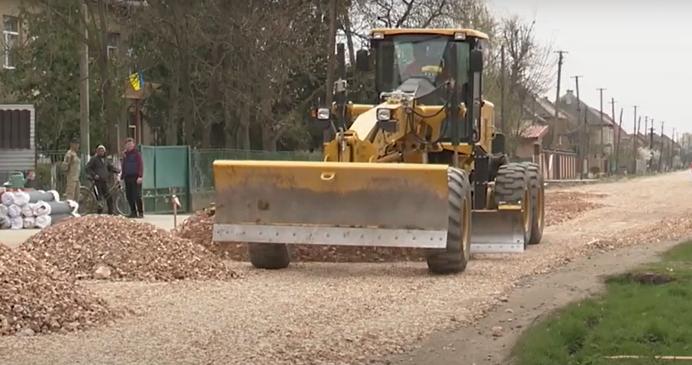 Чекали 15 років: в одному з сіл Мукачівщини ремонтують дорогу