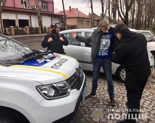 На одній із вулиць Мукачева поліцейські зупинили чоловіка, який підозріло себе поводив