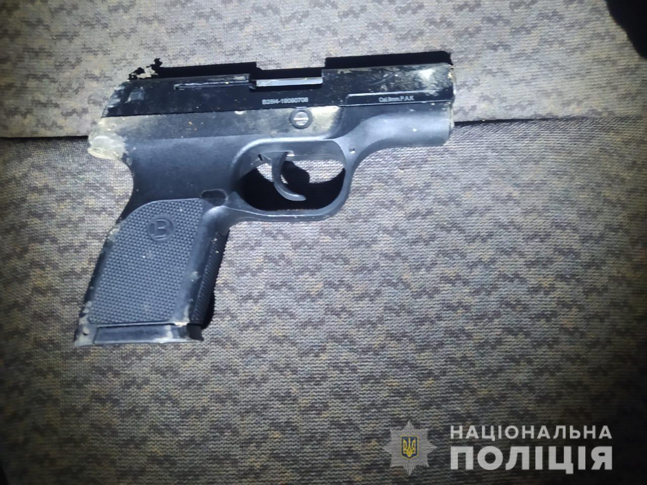 Поліцейські виявили хлопця зі зброєю