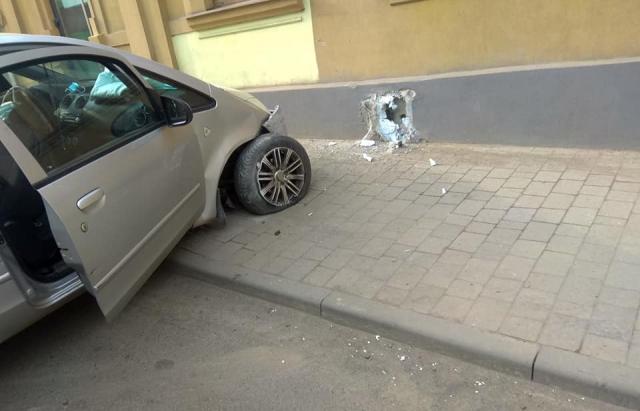 В Ужгороді легковик врізався у будинок
