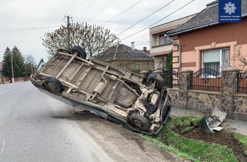 Авто на швидкості злетіло в кювет і перекинулось