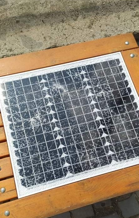 В Ужгороді вандали розбили сонячну лавку, на якій можна зарядити телефон