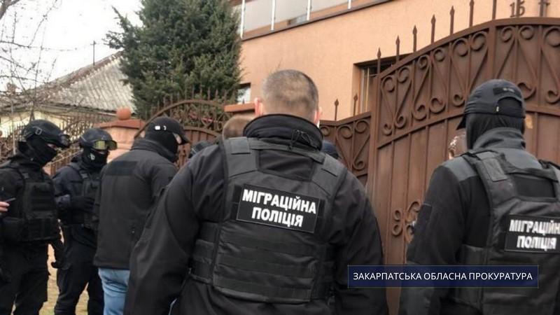 На Закарпатті депутат силою утримував вдома трьох осіб. Чоловіків систематично били дерев'яними палицями
