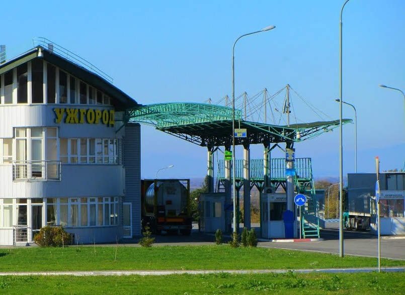 """Викликали поліцію: що сьогодні відбувалось на КПП """"Ужгород"""""""