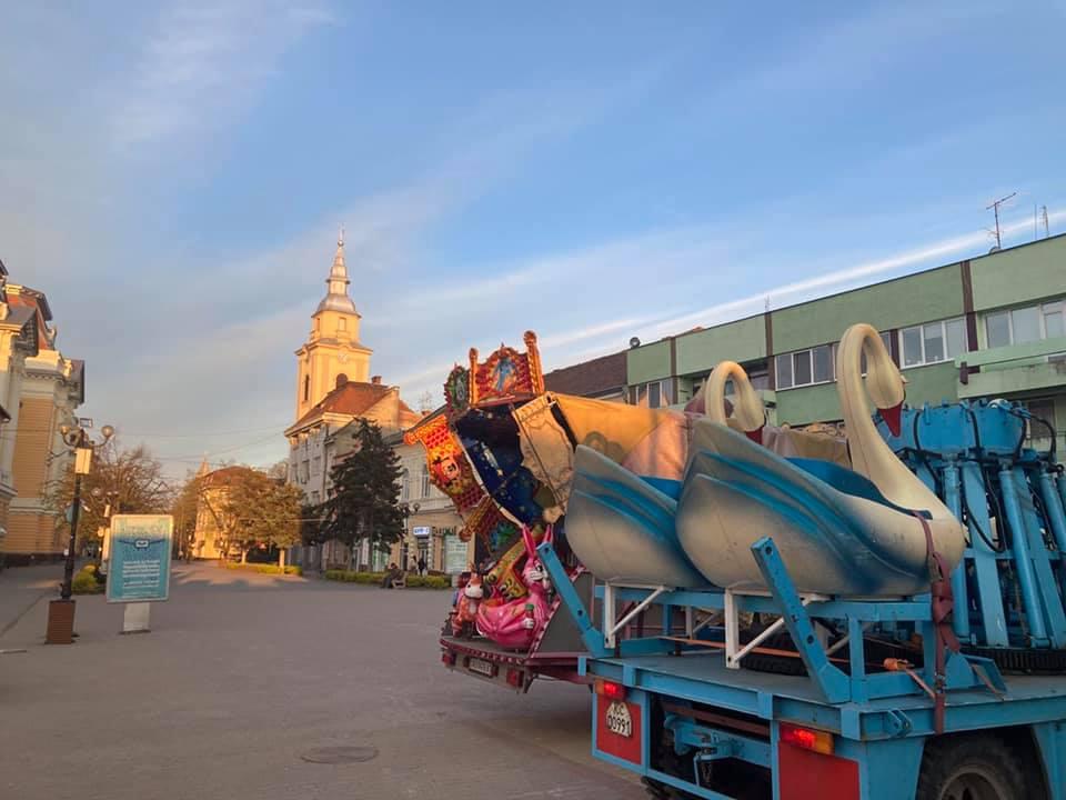 У Берегові буде луна-парк. Монтування атракціонів вже розпочато
