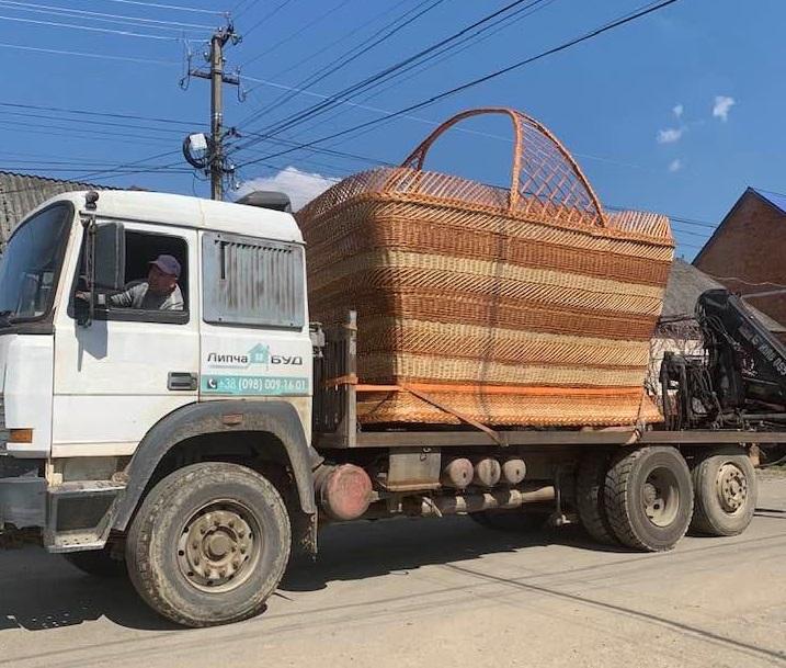 Величезний великодній кошик виготовили на Закарпатті. Фейсбук облетіло відео пасхального кошика