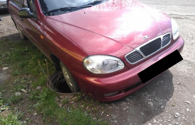 У Сваляві водій на своєму автомобілі потрапив у відкритий люк
