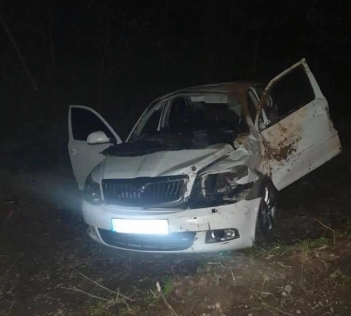 Автомобіль з'їхав із дороги та зазнав значних пошкоджень