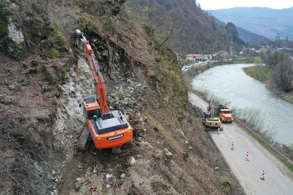 На Рахівщині розбирають скелю, щоб розширити дорогу