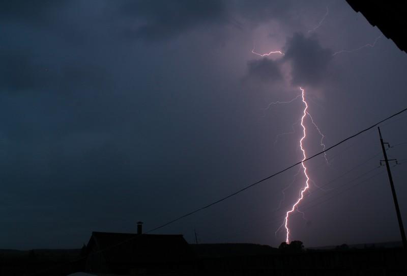 Зливи та грози: вночі погіршиться погода