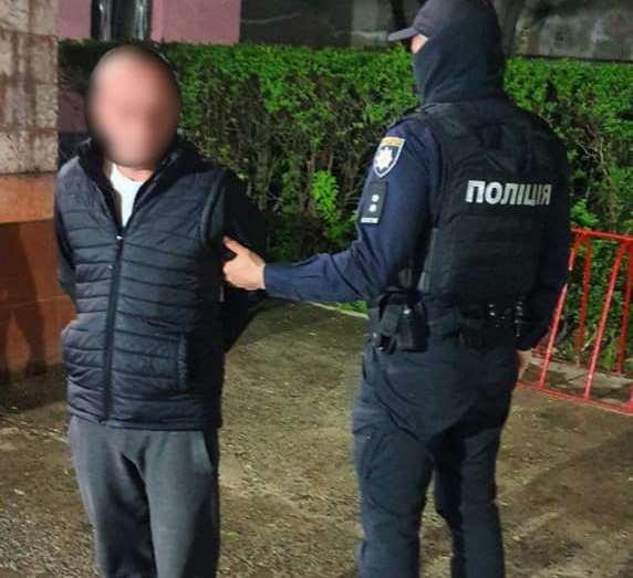 На заправці чоловіка побили та відібрали тисячу євро