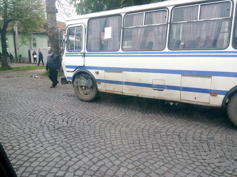 У Мукачеві зіткнулись позашляховик і пасажирський автобус