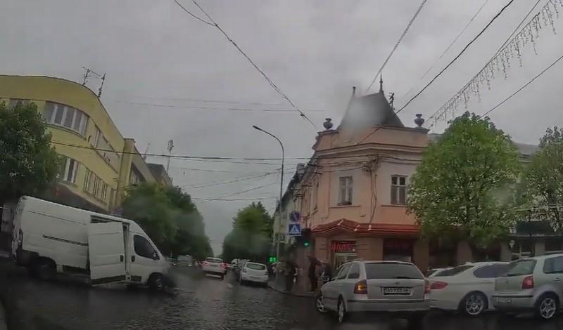 Відео, яке зняли у центрі Мукачева, облетіло Фейсбук