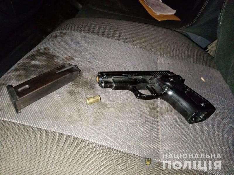 Вночі молодий чоловік стріляв в сторону людей