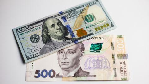 Курс долара та євро зазнав змін: скільки коштує валюта сьогодні