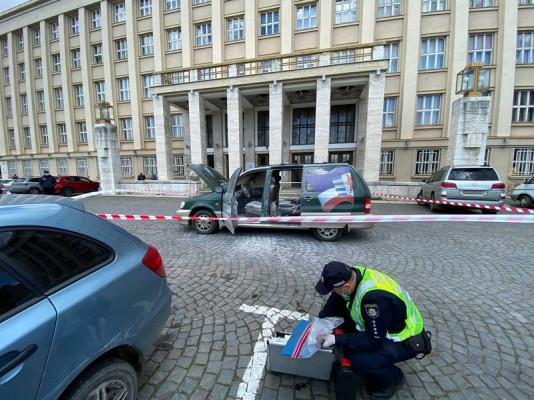 Перед Закарпатською ОДА підпалили машину