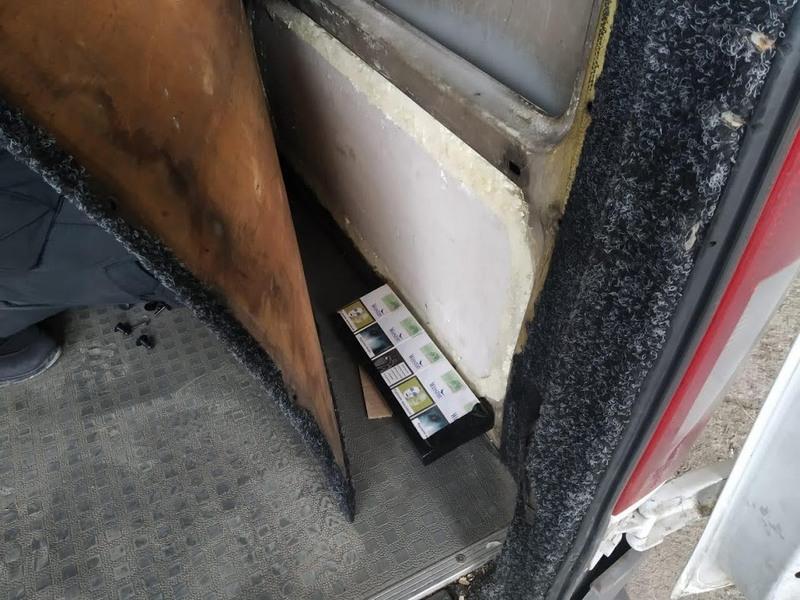 За спробу перевезти кількасот пачок сигарет, від чоловіка вилучили мікроавтобус