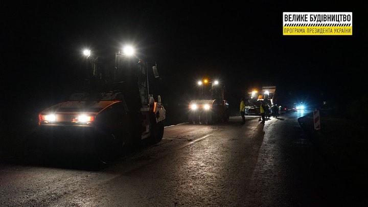Одну з доріг в Закарпатті ремонтують навіть вночі