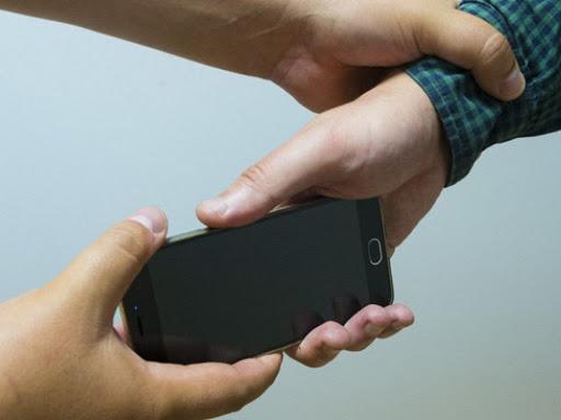 У Мукачеві від чоловіка на вулиці відібрали телефон