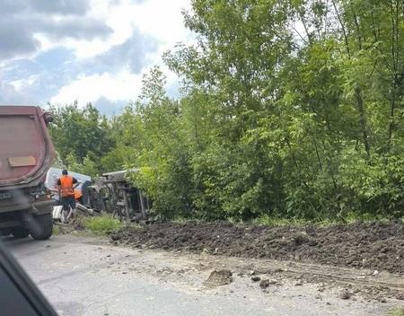 У Мукачівській ТГ вантажівка злетіла з дороги і перекинулась