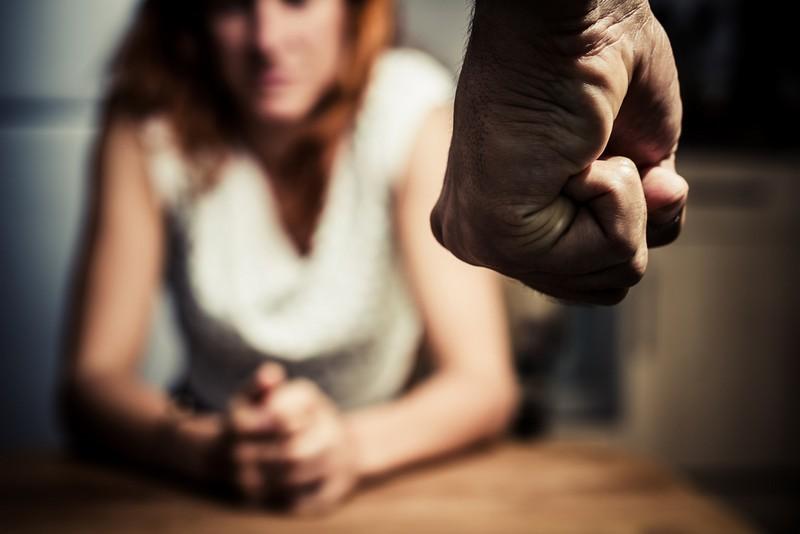 У Мукачеві чоловік погрожував жінці фізичною розправою
