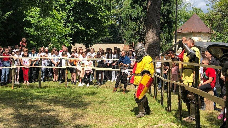 """Лицарські бої та середньовічні танці: як пройшов фестиваль """"Dovhe Castrum Fest"""""""