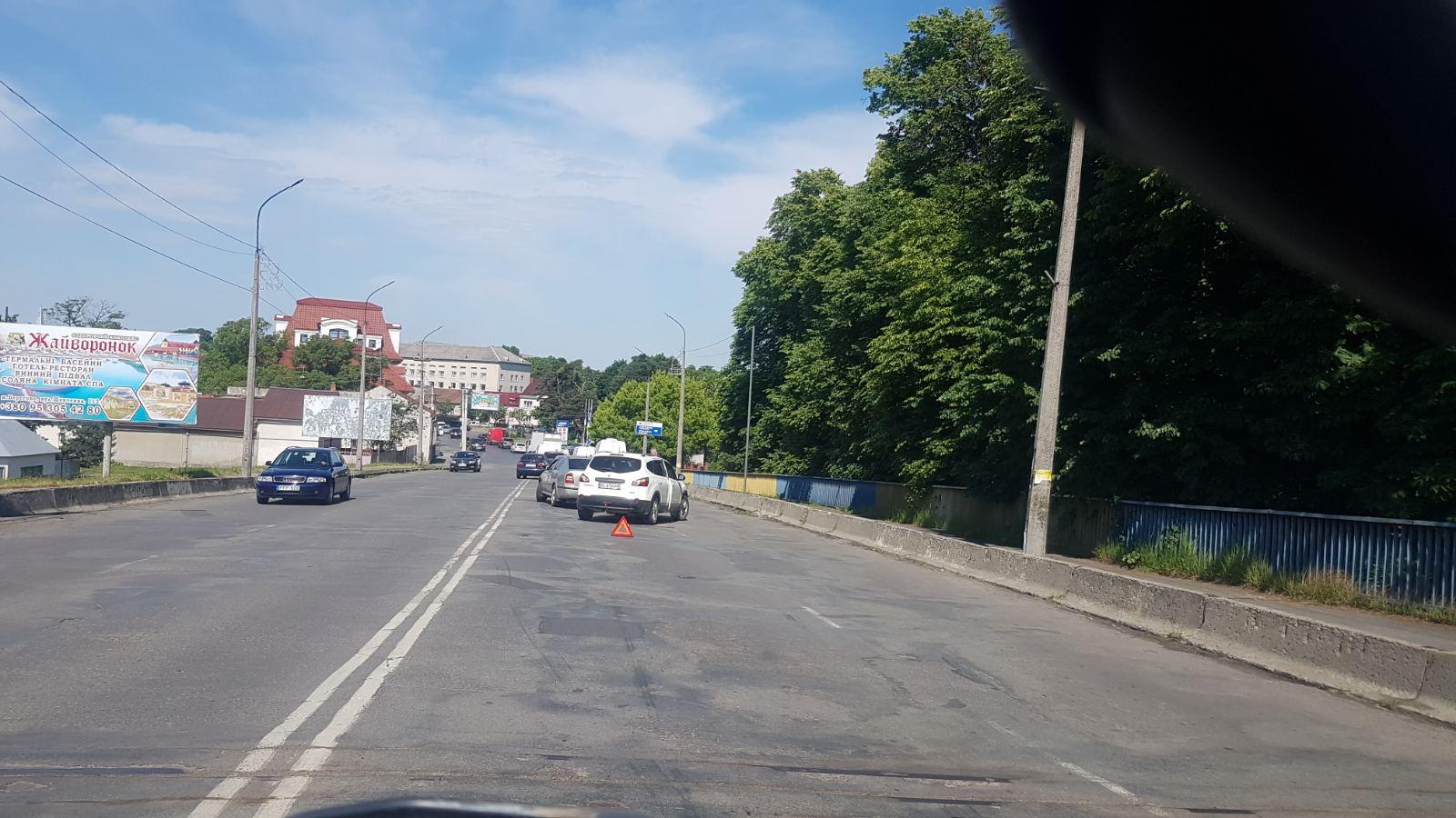 У Мукачеві на мосту трапилась ДТП: оприлюднено фото