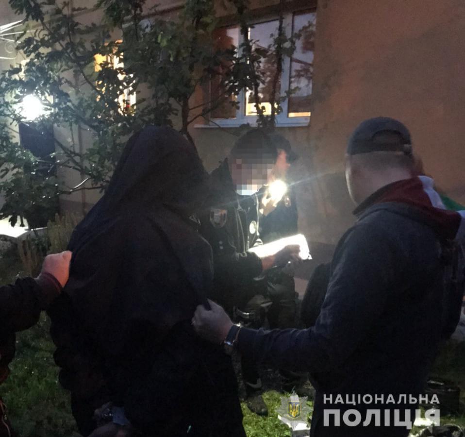 Чоловік схопив зловмисника, який вже встиг спакувати награбоване майно сусідів