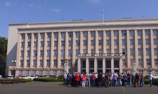 Обурені закарпатці вийшли під стіни Закарпатської обласної адміністрації