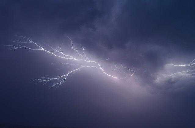 Може призвести до порушень електропостачання та руху автотранспорту: на область суне негода