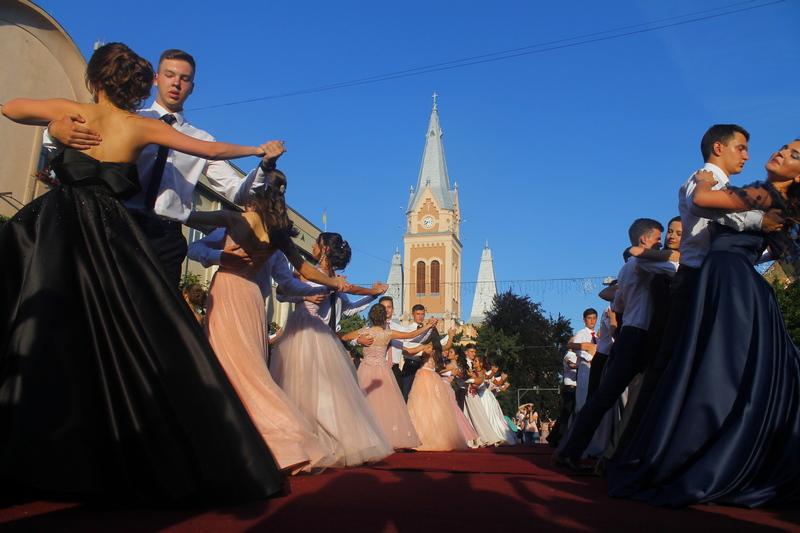 Вальс на параді випускників у Мукачеві цьогоріч танцюватиме рекордна кількість пар