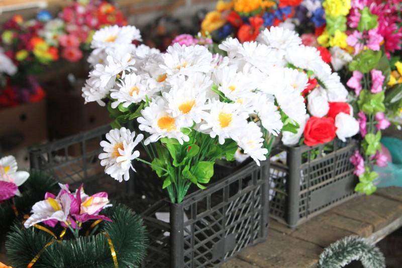 У Мукачеві заборонили продаж і використання штучних пластмасових квітів, вінків та корзин