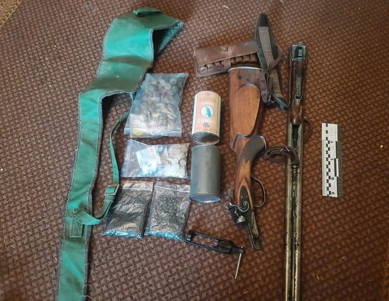 Під час обшуку у будинку поліція знайшла вибухові речовини і зброю