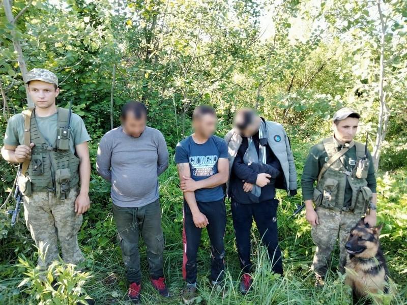 Прикордонники з пострілами спиняли тютюнових контрабандистів