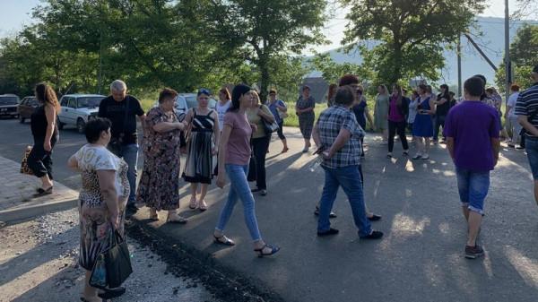 На Закарпатті обурені вчителі перекрили дорогу