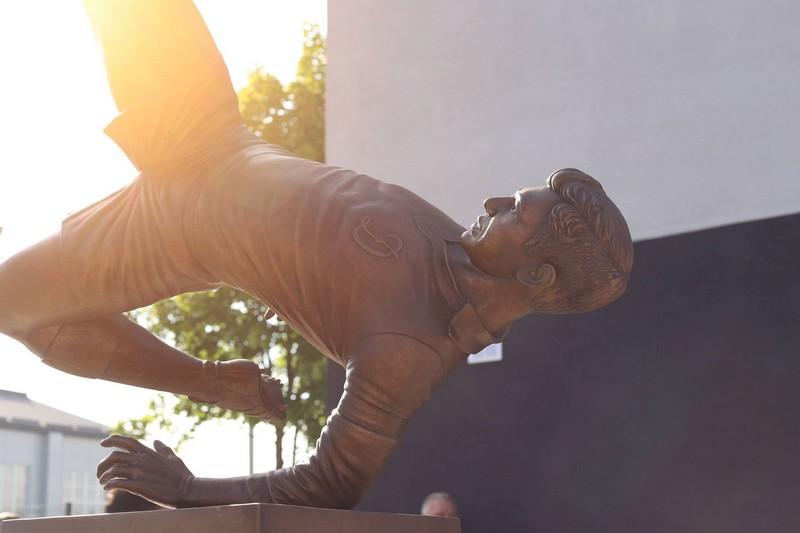 У Мукачеві відкрили пам'ятник живій легенді футболу